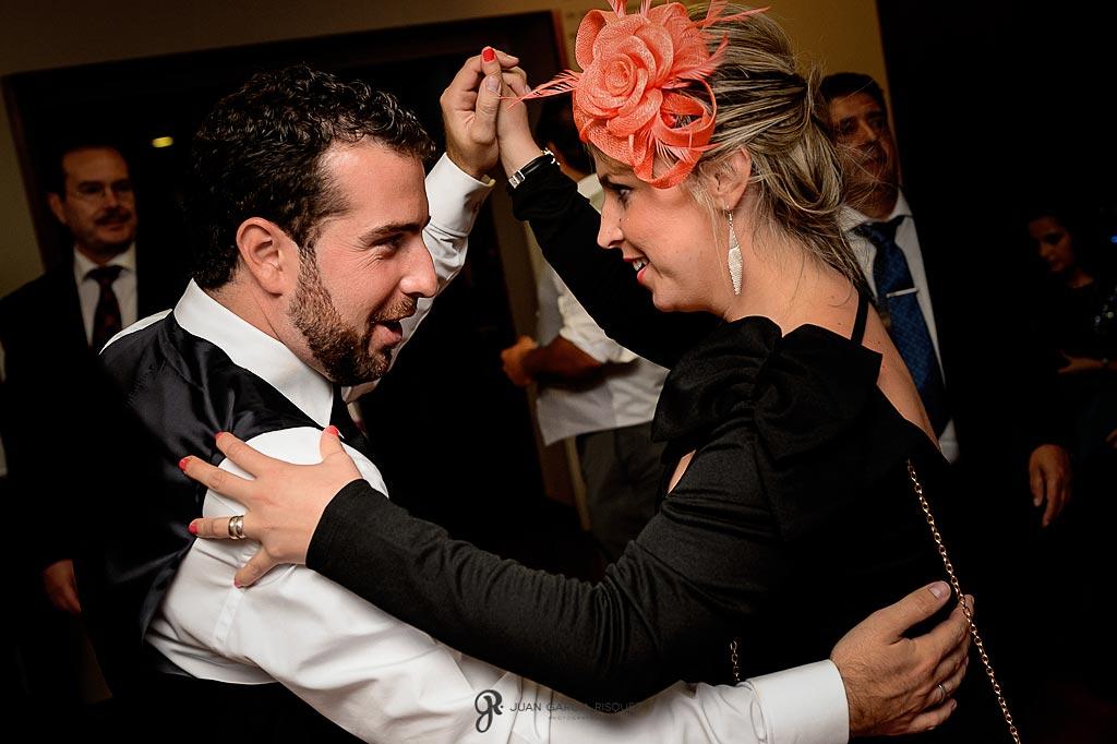 Amigos bailan con el novio