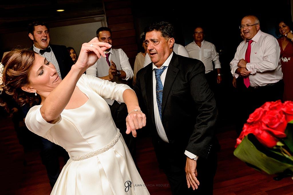 Familiares bailan con la novia