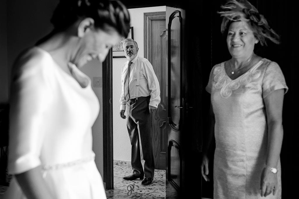Padres miran emocionados a la novia