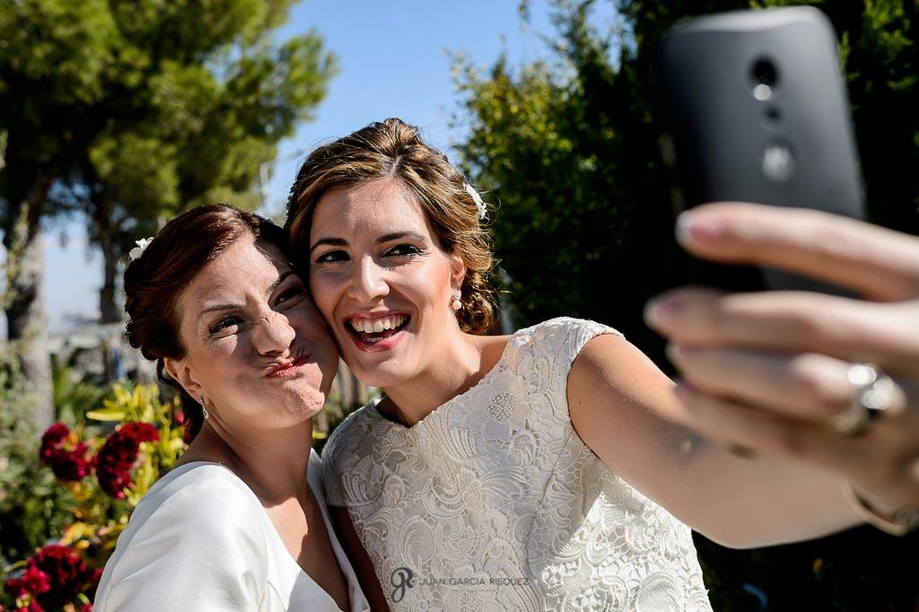 Novia y hermana se toman un selfie