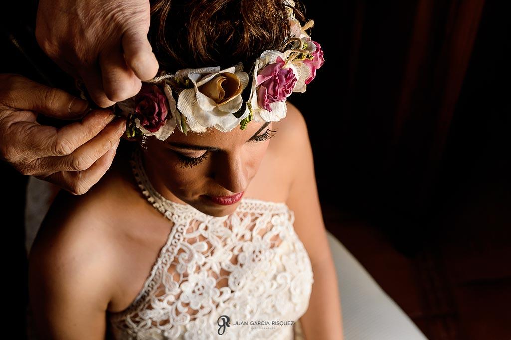 Peluquero coloca el tocado a la novia el día de su boda