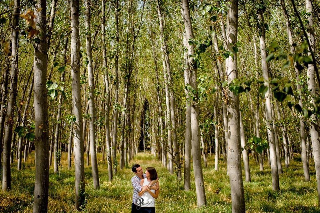 Novios abrazándose en el bosque