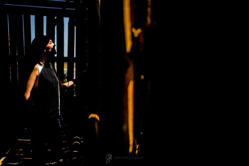 Ana posa en un edificio abandonado