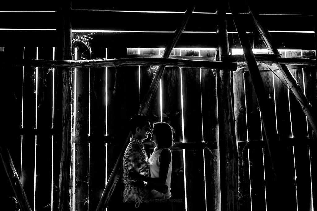 Novios posan en un edificio abandonado