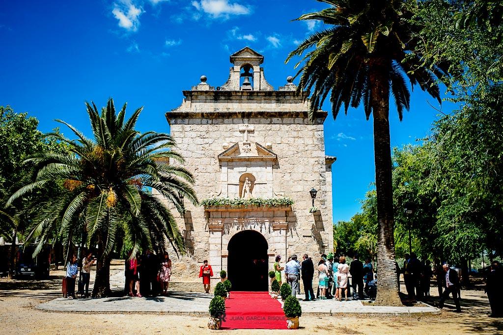 Familiares y amigos esperan a los novios en la puerta de la iglesia