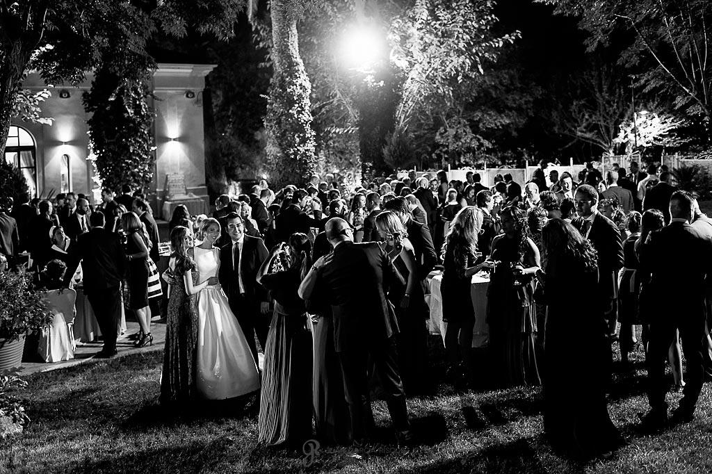 Invitados a la boda tomándose fotos con los novios