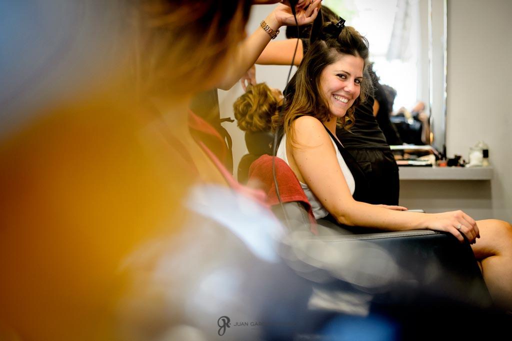Novia mira a su hermana en la peluquería