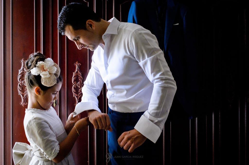 Sobrina ayuda a su tío a vestirse