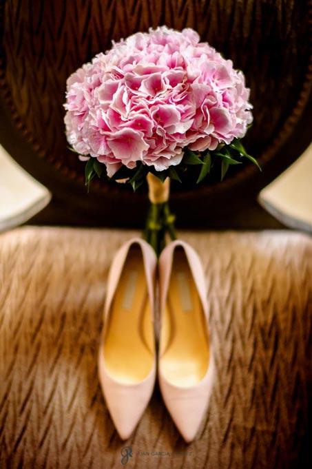 Ramo de novia junto a sus zapatos