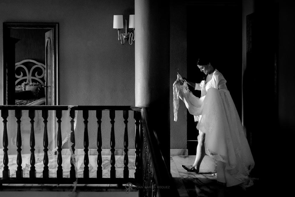 Novia traslada el vestido de una habitación a otra