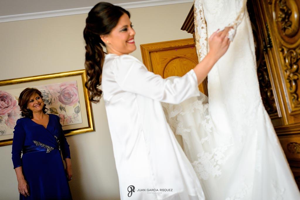 Madre e hija miran el vestido de novia