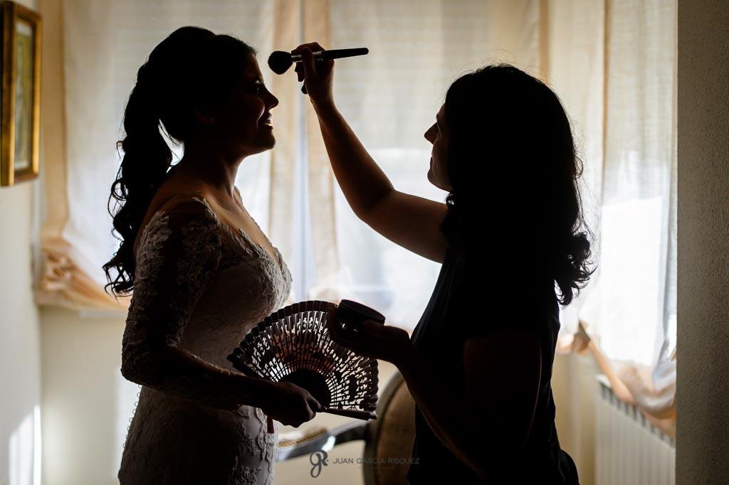 Novia recibe los últimos retoques de maquillaje