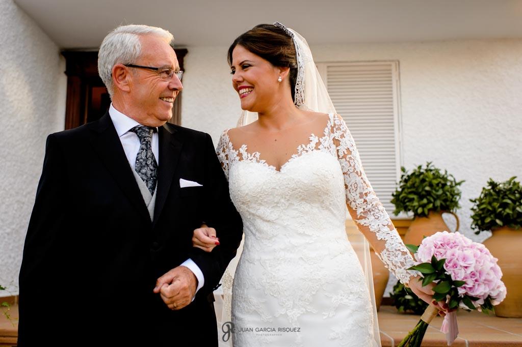 Padre e hija se miran antes de salir para la iglesia