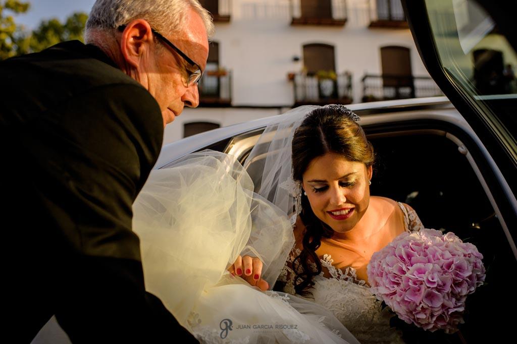 Padre ayuda a la novia a bajar del coche