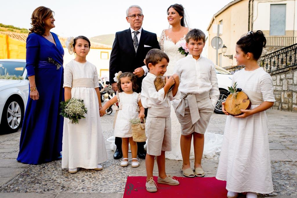 Novia espera junto a sus padres antes de entrar a la iglesia
