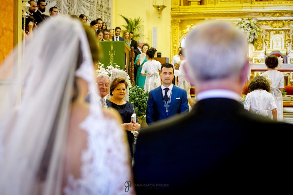 Novio espera a la novia en el altar