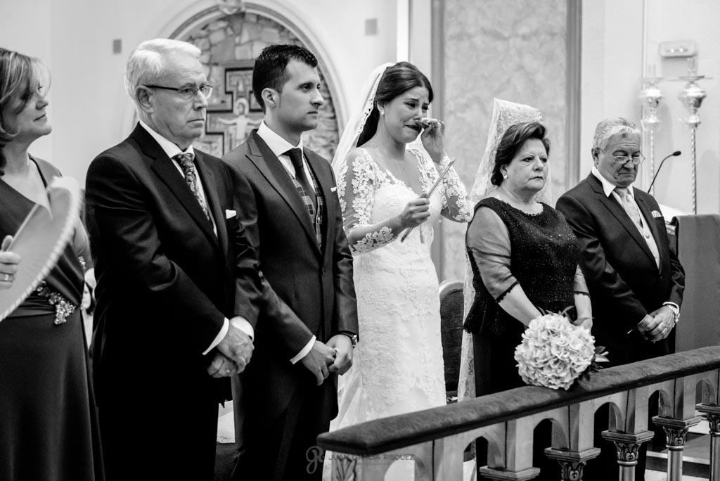 Novia se emociona durante la ceremonia