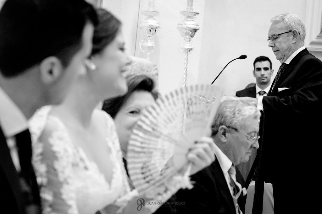 Padre de la novia lee unas palabras que dedica a los recién casados