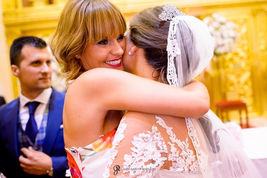 Amiga se abraza a la novia