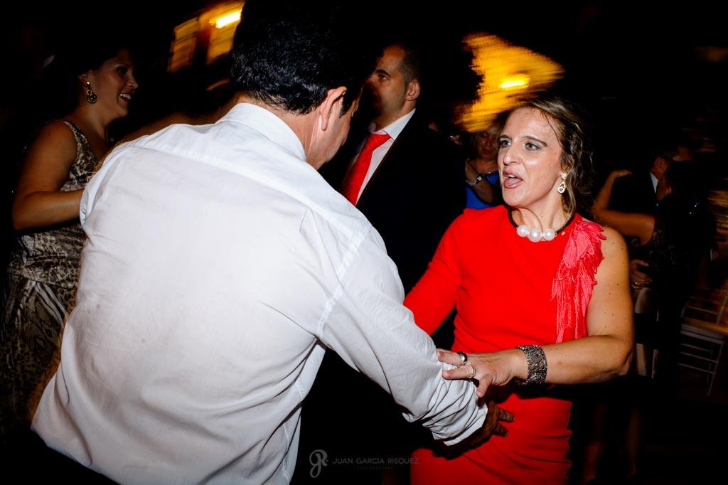 Invitados bailan tras la cena