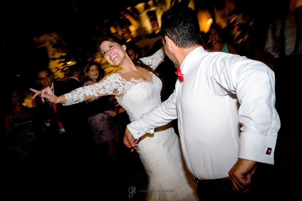 Novia baila sevillanas con los invitados
