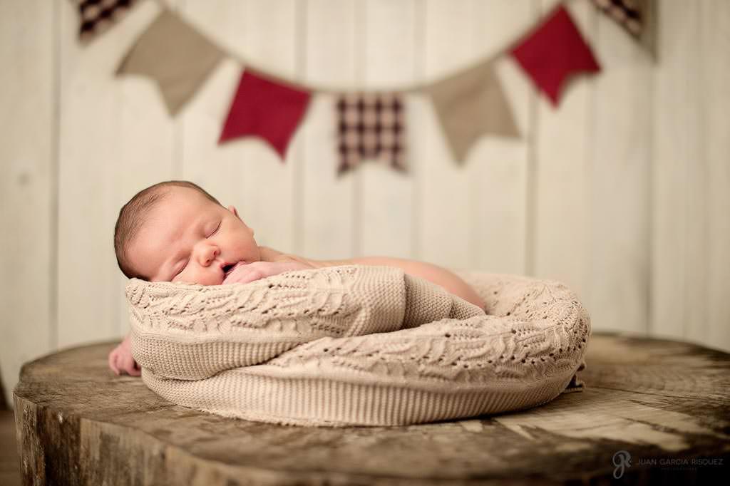 Bebé en un decorado con banderines