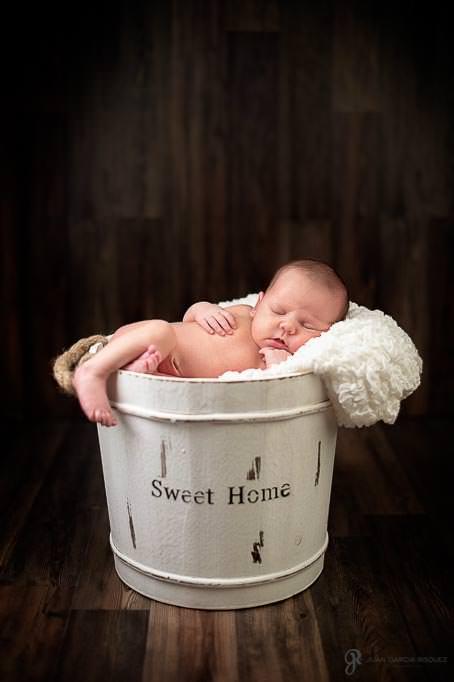 Bebé durmiendo en un cubo