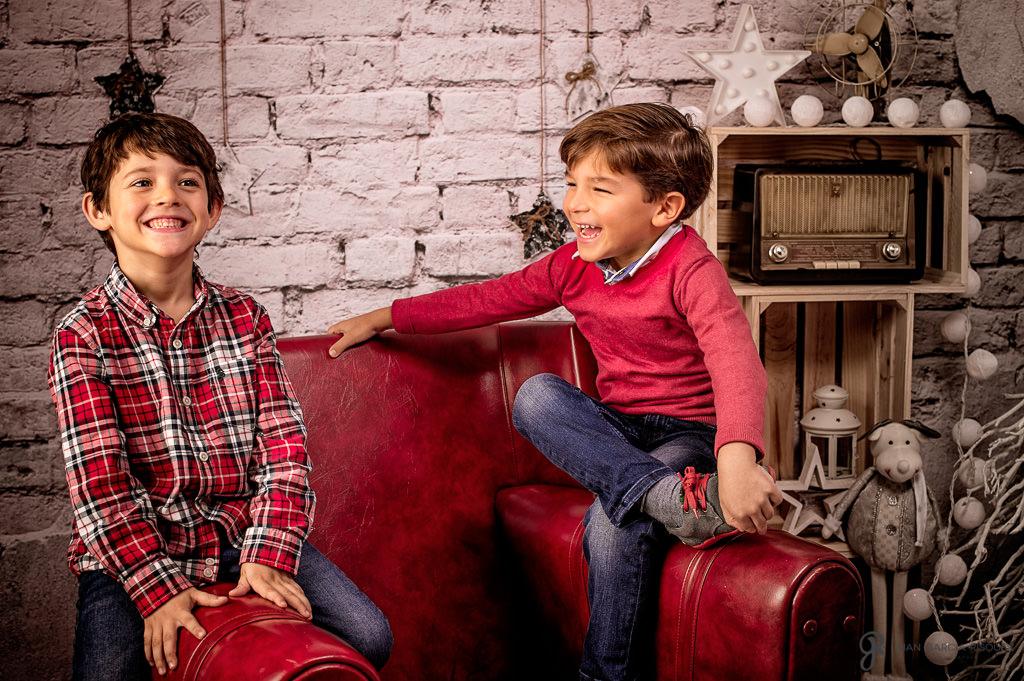 Niños se divierten mientras participan en una sesión fotográfica navideña