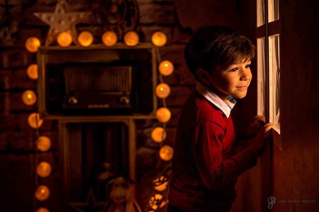 Niño mirando por una ventana