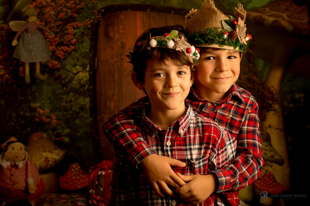 Niños posando en un decorado con atrezo realizado a mano