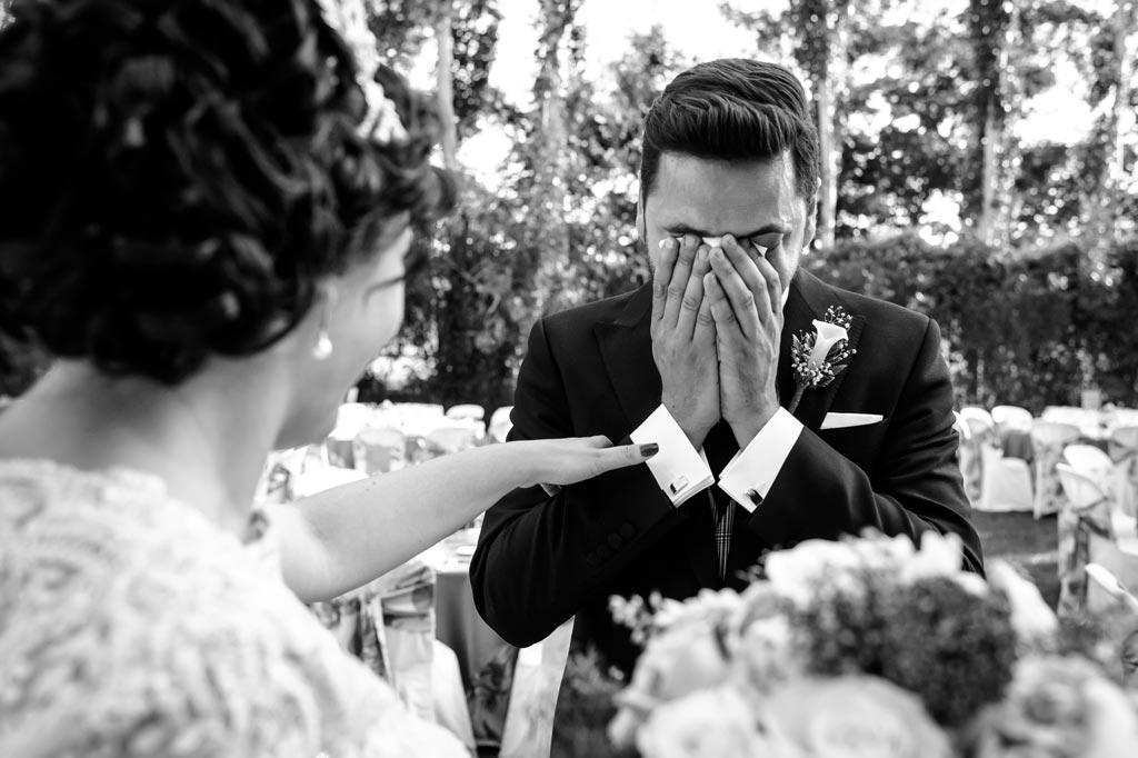 Novio emocionado al ver por primera vez a su novia en su boda