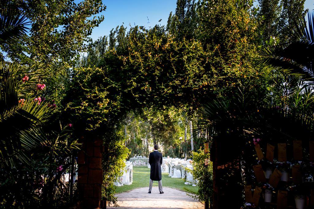 Novio esperando a la novia para hacer su first look en su boda