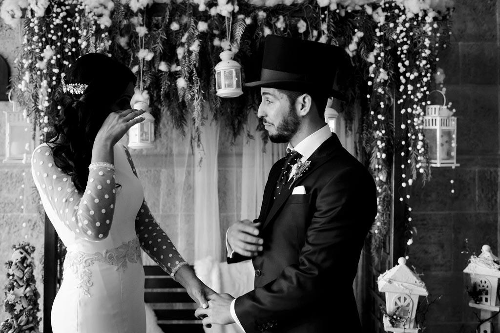 Novios emocionados al verse por primera vez en su boda