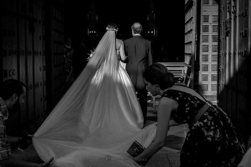 Novia entrando a la iglesia del brazo de su padre el día de su boda en Jaén