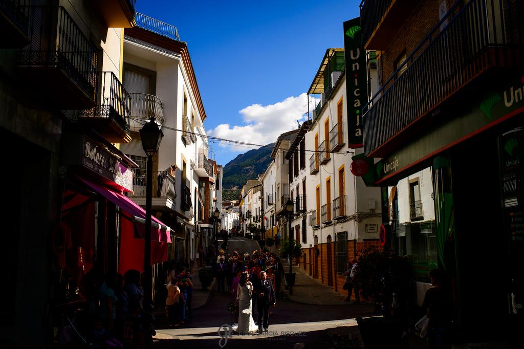 Novia paseando según la tradición en Jaén paseando hacia la iglesia el día de su boda