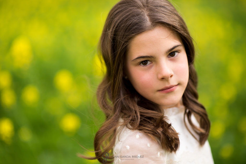 Retrato de una niña con su vestido de primera comunión