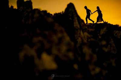 Una pareja paseando por una montaña en Jaén en su reportaje de preboda