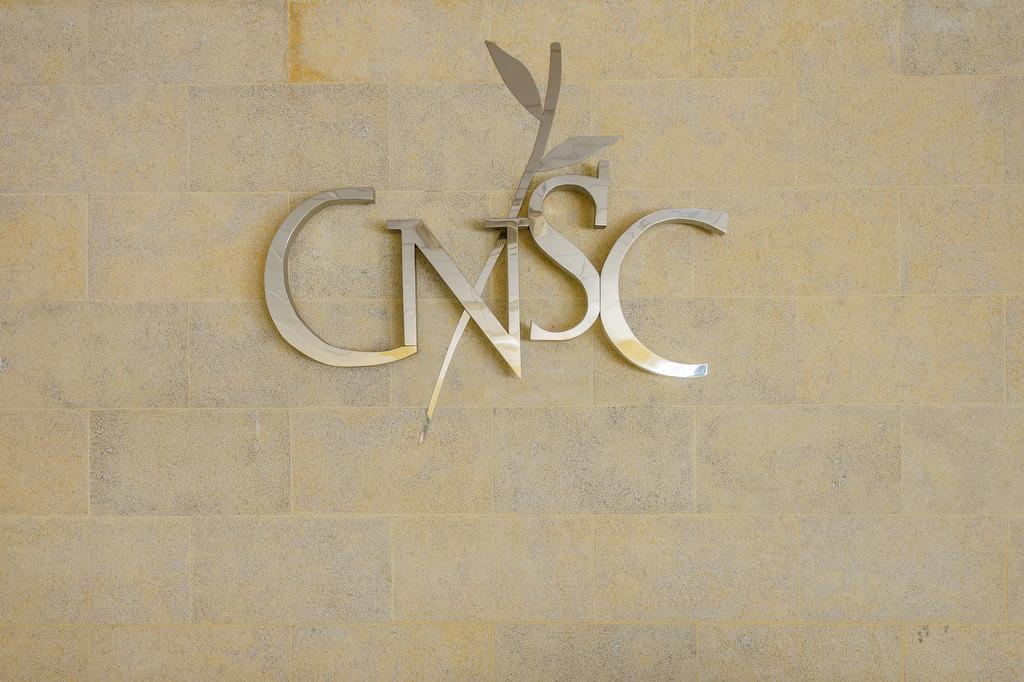 Detalle del logo de la decoración de una empresa en Jaén