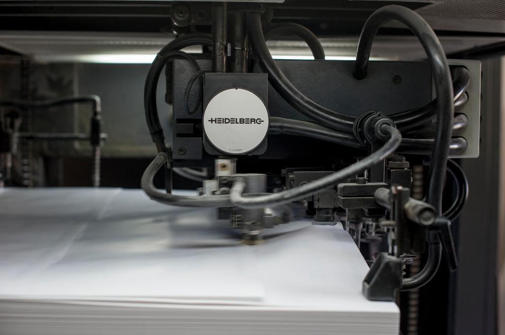 Máquina de imprimer offset trabajando a toda velocidad