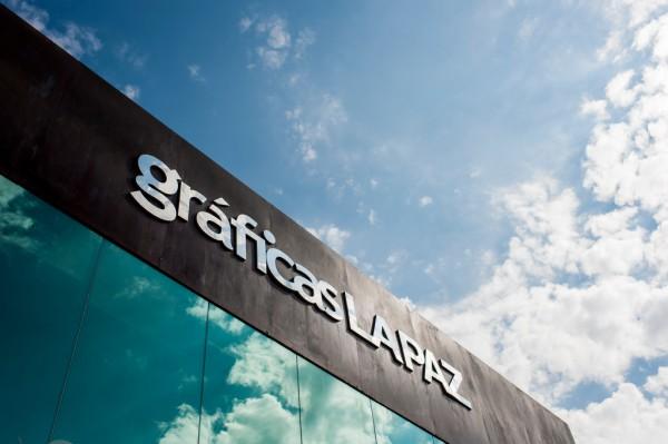 Fotografía de la fachada de Gráficas La Paz durante su sesión de fotografía corporativa
