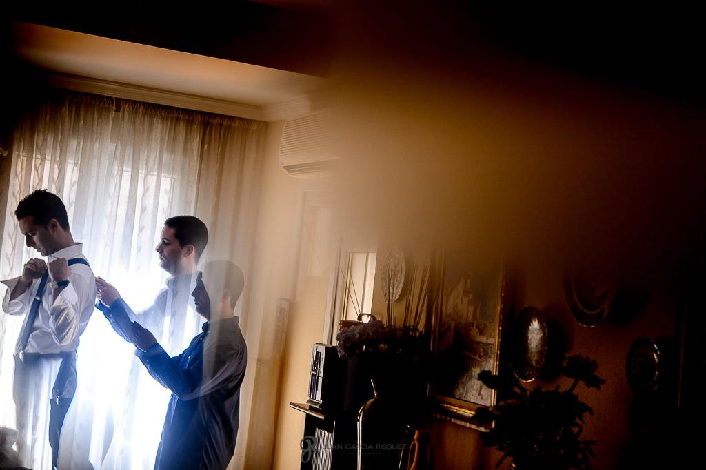Novio mientras su madre lo prepara para su boda en Granada