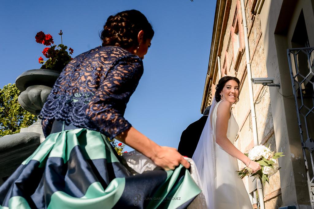 Fotografía de novia llegando a su boda en Granada