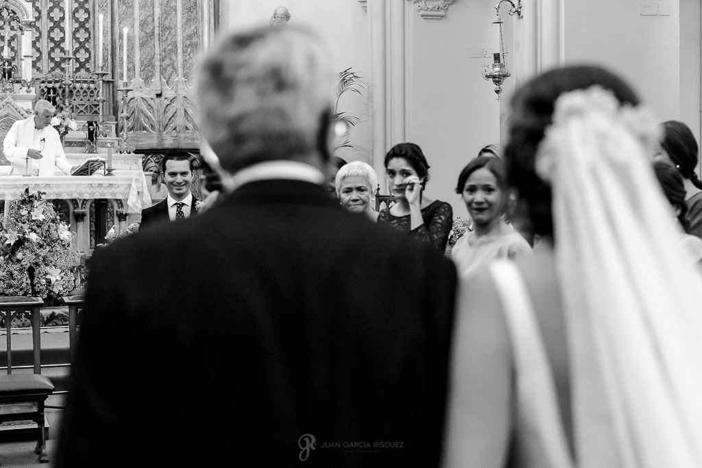 Fotos de una novia mientras entra en el altar de mano de su padre en su boda en el Carmen de los Mártires