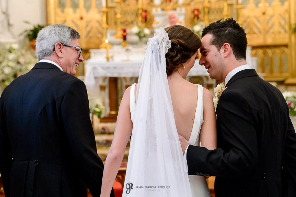 Fotografías de novios recién casados en el Carmen de los Mártires en Granada