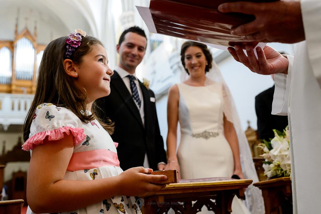 Niña portando los anillos en una boda en Granada en el Carmen de los Mártires