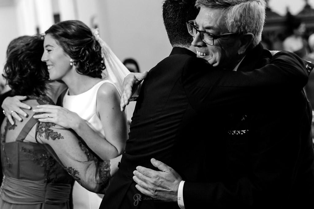 Novios besando a sus padres en su boda en el Carmen de los Mártires