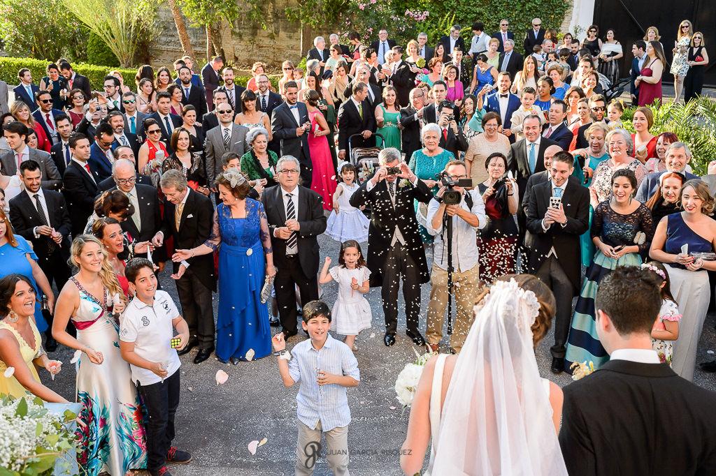 Novios mientras le tiran el arroz en su boda en el Carmen de los Mártires