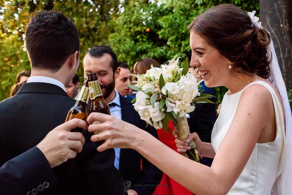 Novia brindando con un invitado en el día de su boda