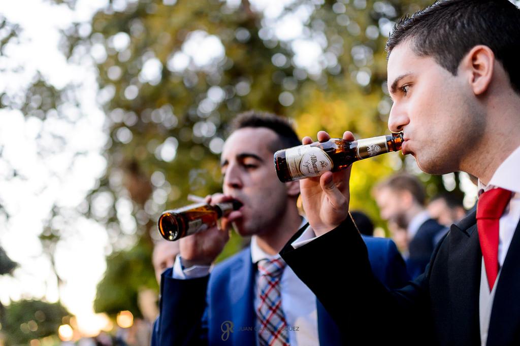 Amigos del novio bebiendo cerveza Alhambra