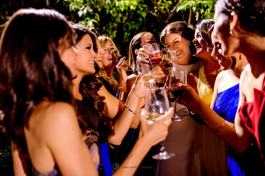 Novia brindando con sus amigas el día de su boda